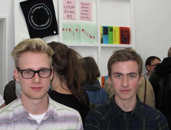 Oliver Shaw und Tom Pratt von catalogue aus Leeds. Im Hintergrund die Präsentation ihrer ersten über 50 zine-ähnlichen Hefte
