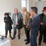 Besucher im Raum mit den Bucharbeiten von Christoph Mauler