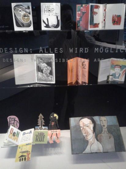 """Schaukasten """"Buchdesign: Alles wird möglich (1991-2011)"""""""