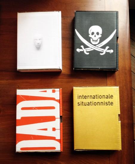"""Verschiedene Sammelboxen der """"Bibliothèque Pirate"""" und  """"La Bibliothèque Situationniste""""."""