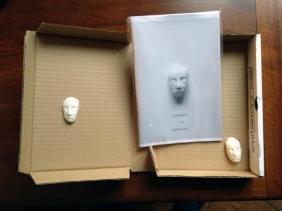 """""""Element Box"""" von Samuel Yal, mit sechs Porzellanmasken."""