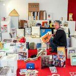 Objekt-Magazine im Kunsttempel 2018. Beim Aufbau mit Jürgen O. Olbrich