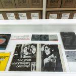 Archiv Galerie / Detail der Vitrine mit Künstlerbüchern, Foto Vadim Kretschmer