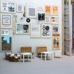 Archiv Galerie / Wand mit Beispielen aus dem AAP, und Leseecke, Foto Hubert Kretschmer