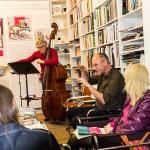 Christoph Reiserer spricht zu seiner Komposition. Musiker: Karina Erhard (Flöte) und Gregor Karger (Kontrabass)